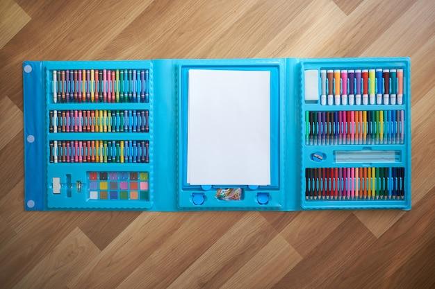 Рисование набора маркеров и мелков, вид сверху