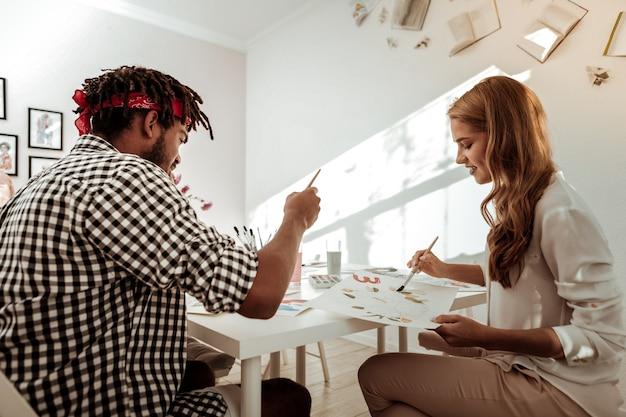 一緒に描く。一緒に素晴らしい絵を描くことを感じているインスピレーションを得たアーティストの才能のある創造的なカップル