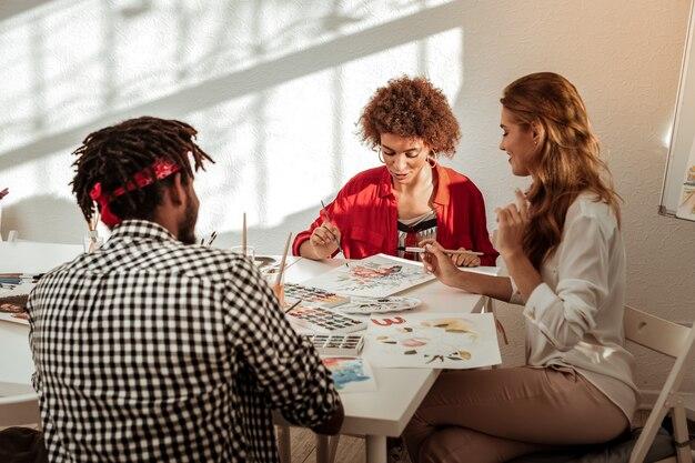 Рисуем вместе. команда из трех талантливых вдохновленных художников чувствует себя невероятно радостно, работая вместе.
