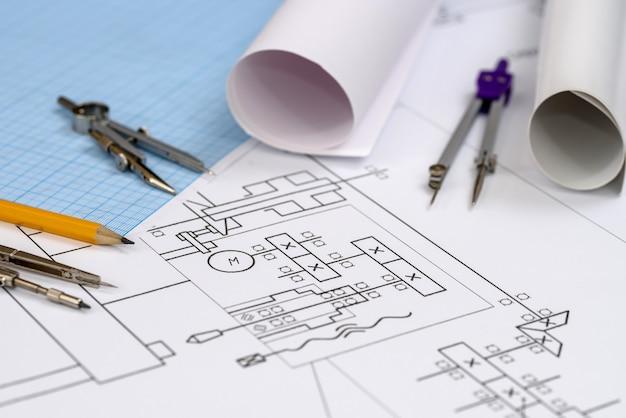 Инструменты рисования на технический эскиз на столе крупным планом