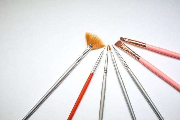 Инструменты для рисования, набор грязных кистей в ряд на белом изолированные