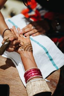 Рисование традиционного менди для индийской свадебной церемонии