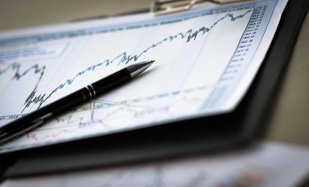 Чертежи и схемы успешного делового рабочего места бизнесмена