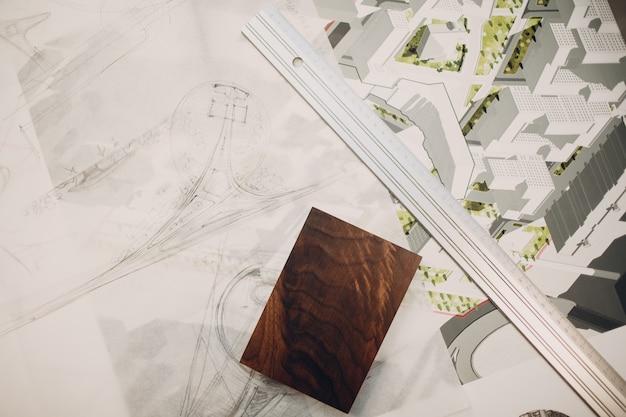 定規を使用してオフィスのテーブルで設計図とレイアウト設計プロジェクトを描画します。