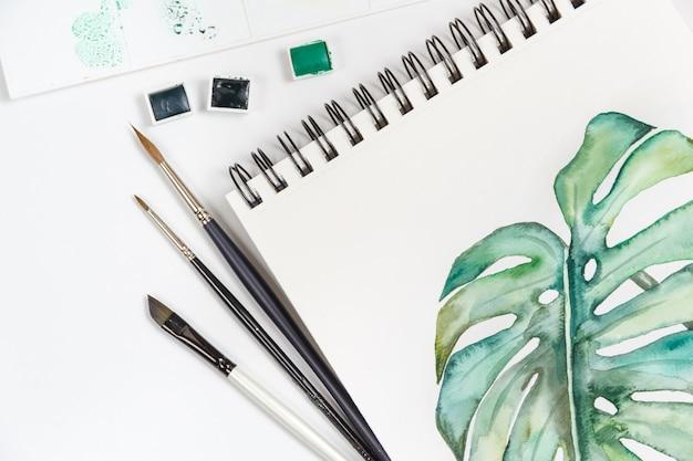 図面、ブラシ、パレット、水彩絵の具