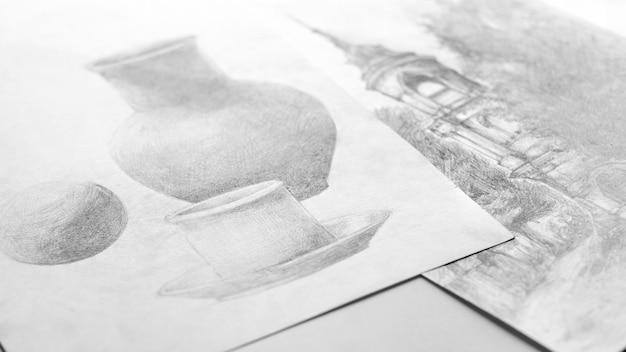 Рисунки, сделанные карандашом, лежат на столе. мягкий фокус