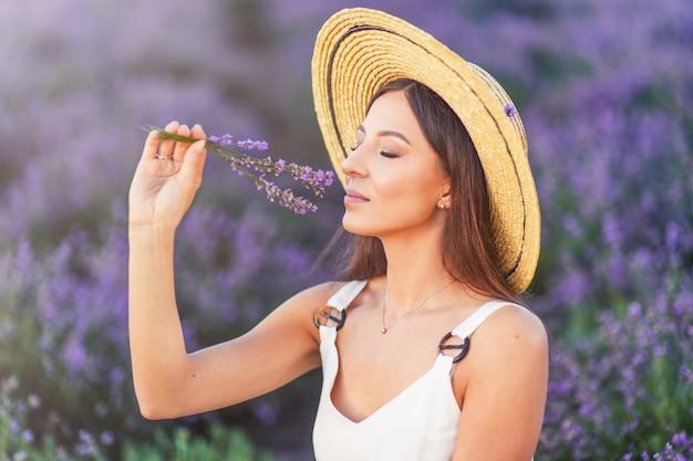 Мечта и вдохновение, счастливая женщина летом в поле лаванды.