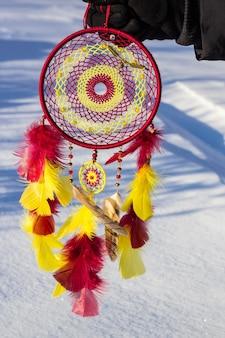 Ловец снов с нитками перьев и веревкой висит бус. ловец снов ручной работы