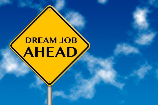 Работа мечты впереди дорожный знак на фоне голубого неба