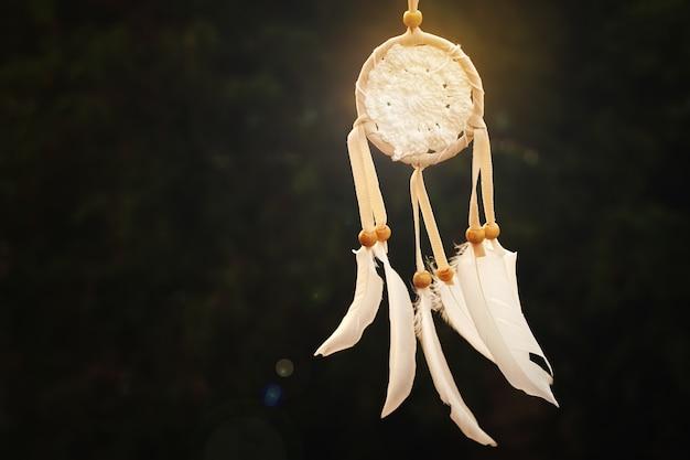 Ловец снов с белыми перьями и ниткой из бисера ловец снов ручной работы