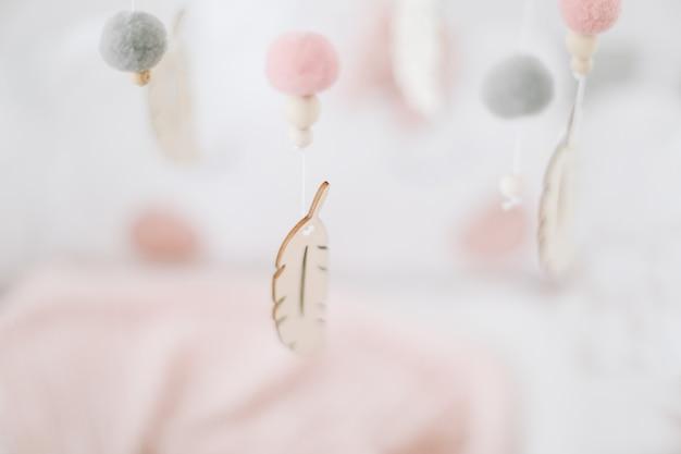 Dreamcather с перьями на белом фоне