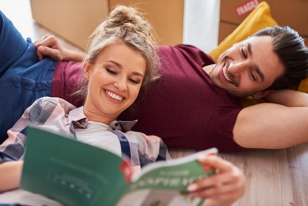Приснившаяся пара в своей новой квартире Premium Фотографии