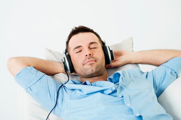 Uomo di sogno che ascolta la musica