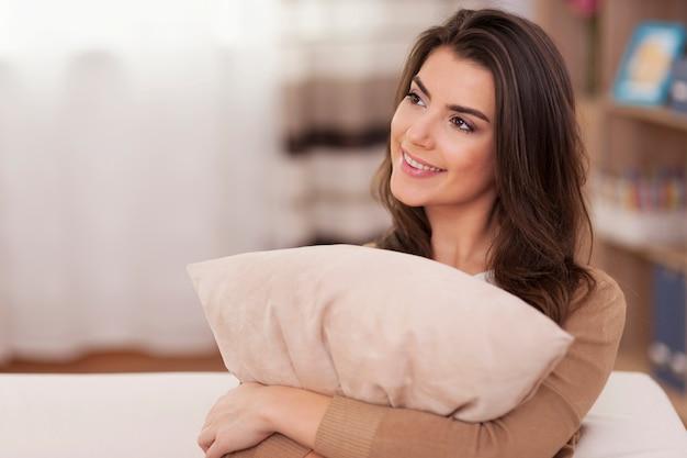 Мечтая романтическая женщина, расслабляющаяся дома