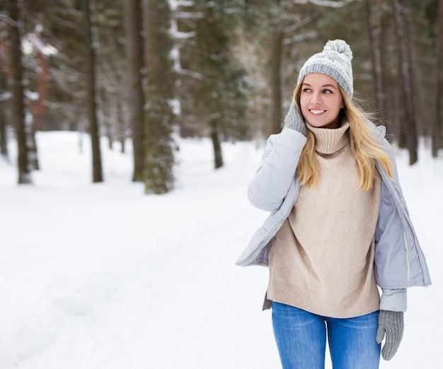 겨울 숲에서 걷는 꿈꾸는 젊은 아름 다운 여자