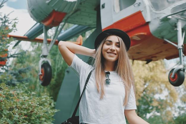 Sognando ragazza che guarda alla macchina fotografica felice