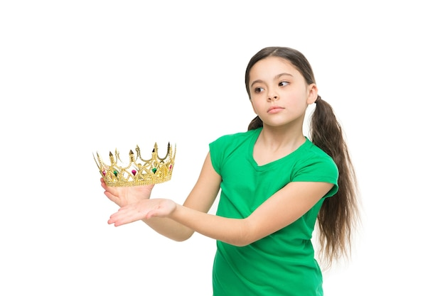 Мечты и сказки. каждая девушка мечтает стать принцессой. леди очаровательная маленькая принцесса. концепция королевской семьи. во сне я могла бы быть принцессой. ребенок носит золотой символ короны принцессы.