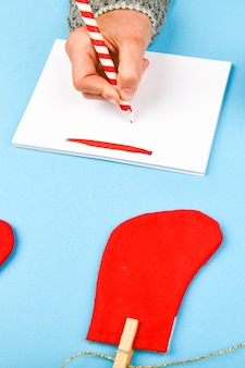 Сны о планах целей составляют список для написания новогодней рождественской концепции в тетрадке