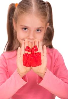 Мечтательная девочка с карандашами, девочка рисует коробку с подарками