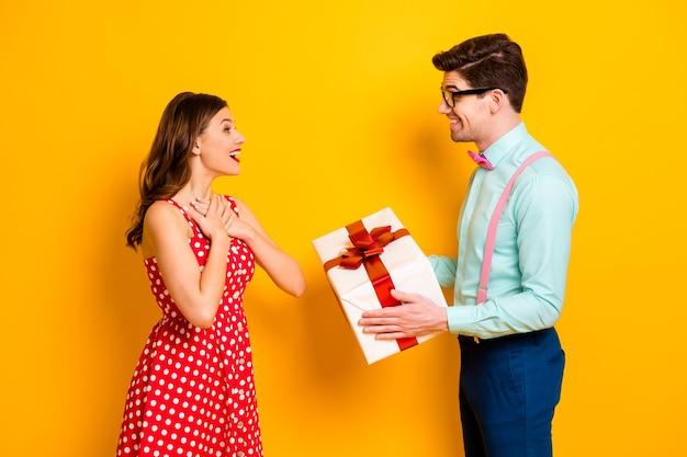 Мечтательная пара парень дарит девушке большую подарочную коробку