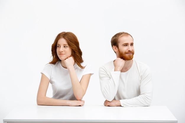 夢のようなかわいい赤毛の男性と女性が目をそらす