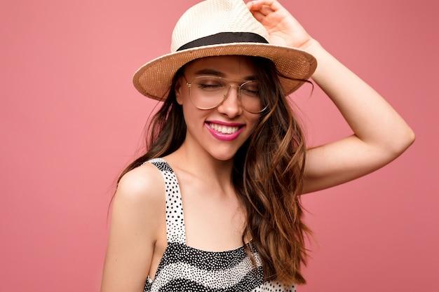 닫힌 눈과 행복한 진정한 미소로 포즈를 취하는 꿈꾸는 여성 모델