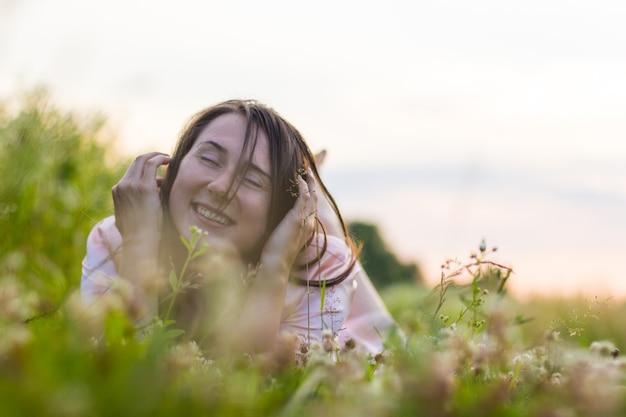 꿈꾸는 소녀는 잔디밭에서 휴식