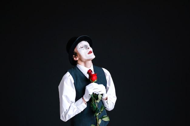 Dreamy mime、黒の背景に赤いバラを立てる