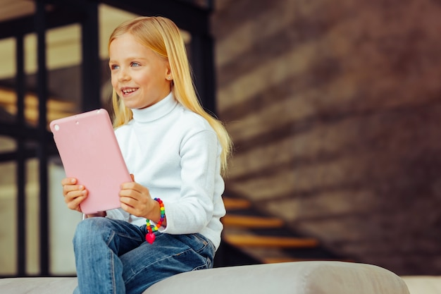 夢のような気分。楽しみながら笑顔を保つ陽気な小さな女性
