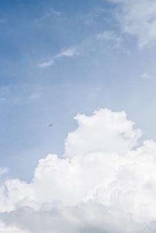 Мечтательное сюрреалистическое небо и облака как абстрактный фон природы, духовный дизайн и концепция религии