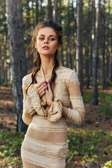 Мечтательная женщина в платье и прическе хвойных деревьев осенний свежий воздух.