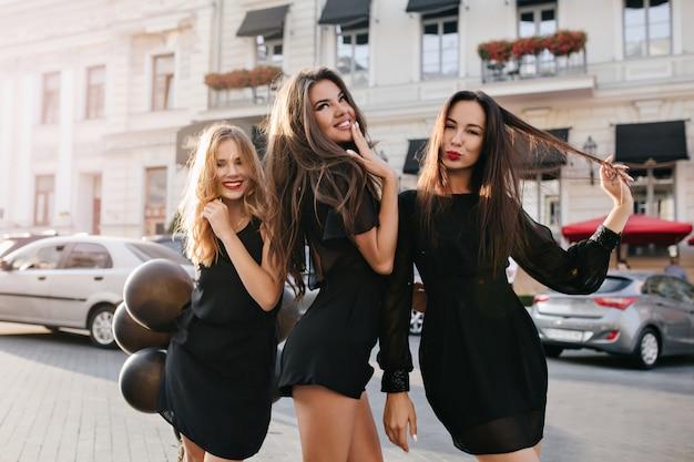 友達と楽しんで、街中の旅行を楽しんでいる薄茶色の髪の夢のような女性