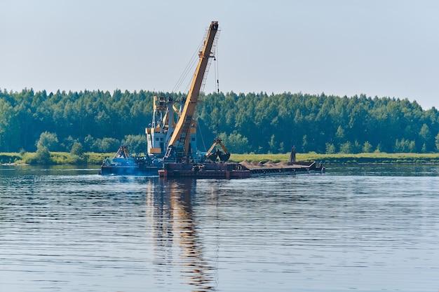 준설선은 강에서 페어웨이를 깊게하기 위해 노력하고 있습니다.