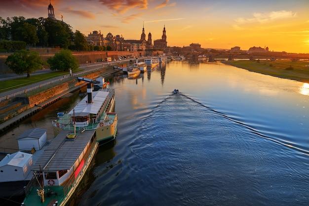 Горизонт дрездена и река эльба в саксонии, германия