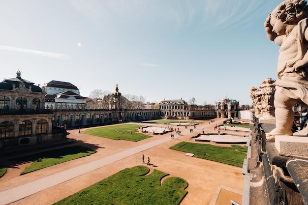 ドレスデン、ツヴィンガー宮殿の観光客。ドレスデン。ドレスデンの歴史的な宮殿、そしてドレスデンの街の観光名所。