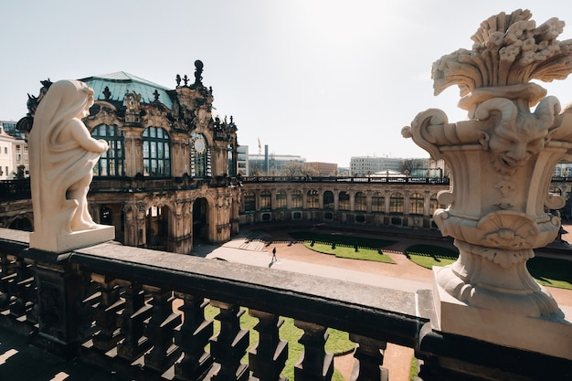 ドレスデン、ツヴィンガー宮殿の観光客。ドレスデンドレスデンの歴史的な宮殿、そしてドレスデンの街の観光名所。