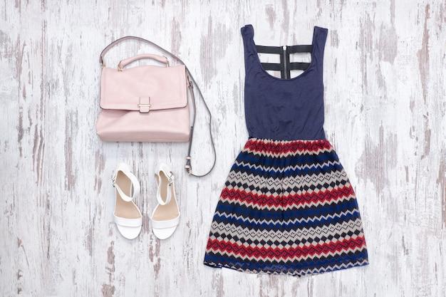 Платье и пара белых каблуков