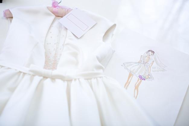 ドレスとスケッチ紙
