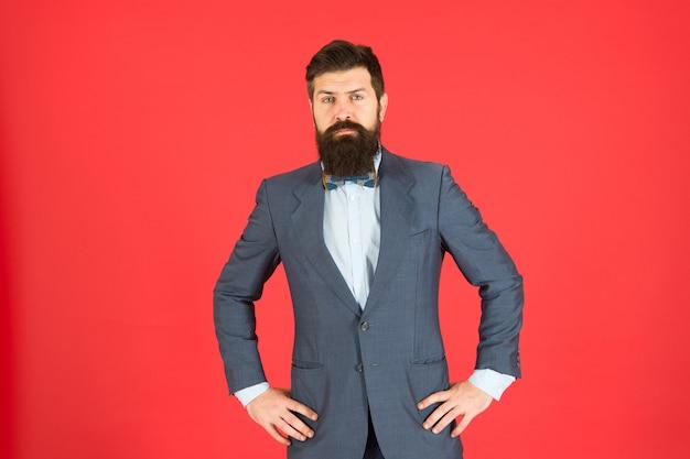 ボスのような服装。ビジネスの成功。成熟したビジネスマン。ジャケットのひげを生やした男のヒップスター。ファッションルック。スタイリッシュなビジネスマン。フォーマルなスーツを着たひげを生やした男。成功した実業家。自信のあるビジネスマン。