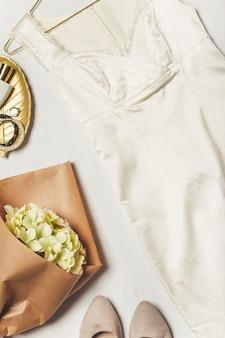 白い背景の上のドレスシューズの花束レディーススタイリッシュな服装ファッショナブルなカジュアル服