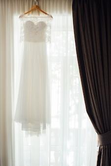 コルセットとひもでウェディングドレスを着て花嫁をドレスアップ