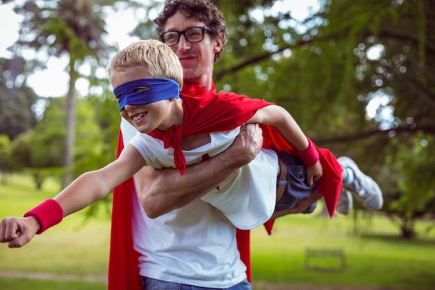 スーパーマンにdressした父と息子