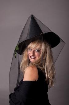 魔女にdressした若い女性