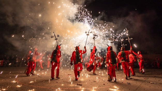 花火で踊る悪魔にdressした人々