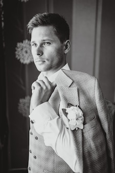 Одета в костюм жениха
