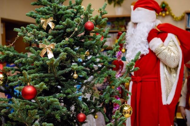 크리스마스 트리와 산타 클로스를 차려 입다. 휴일, 소나무에 장식입니다. 선택적 초점입니다.