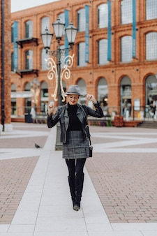 Одетая женщина гуляет по городу