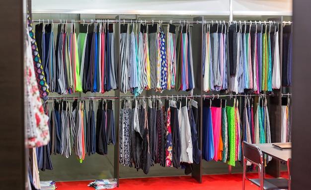 ドレスや布、衣料品店、ブティック、ファッション店。市場でカラフルなドレス