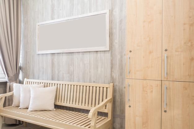 Интерьер гардеробной с шкафом и скамейкой