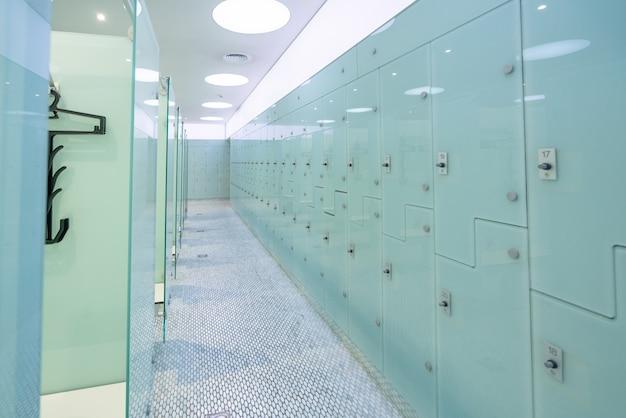 현대 수영장에서 라커룸과 탈의실.